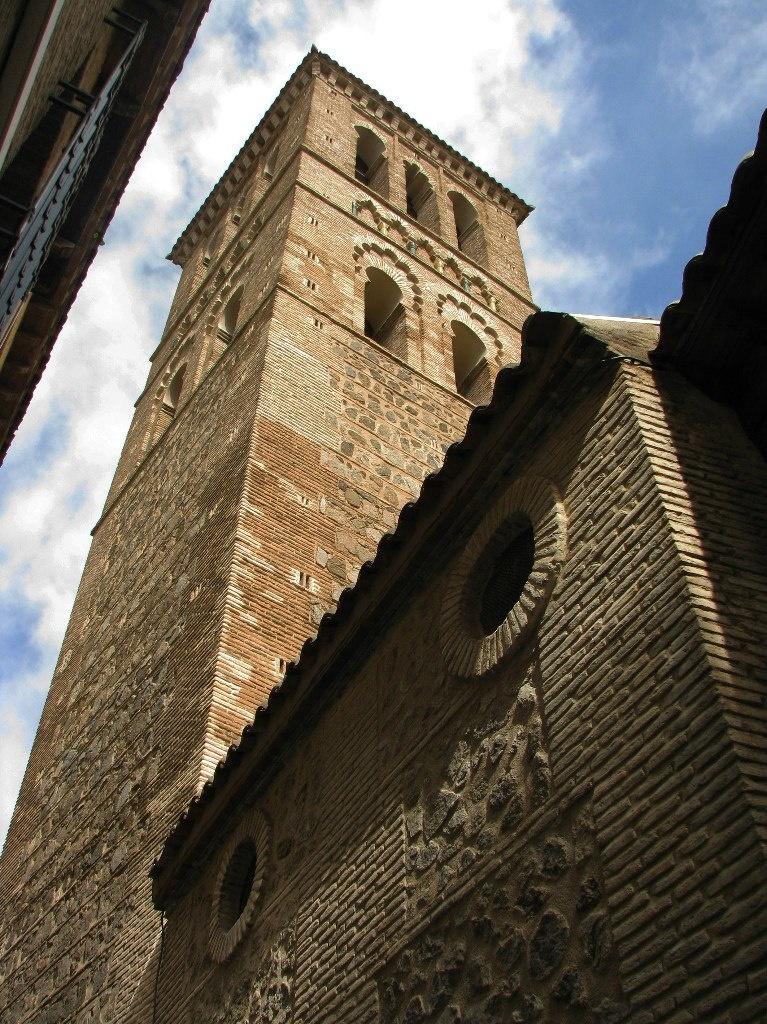 """Толедо. Боковой фасад церкви Санто Томе и колокольня - преображенный минарет. Все в сохранившемся стиле """"мудехар"""", говорят - вторичном, эклектичном. Думаю, нет: сочетающем все, что было, в надежде порадовать своими фантазиями и будущее"""