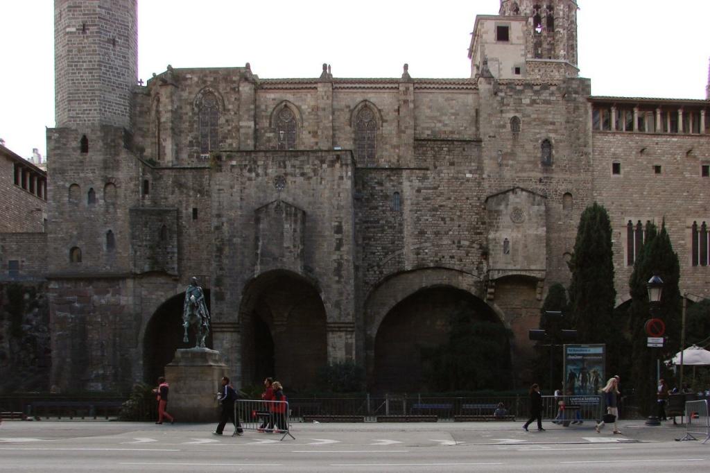 """Самый крупный фрагмент римской крепостной стены лучше всего виден с площади Рамона Беренгера. Этот фрагмент древнеримского наследия давно """"сроднился"""" с часовней Святой Агаты, колокольня которой возвышается над площадью..."""