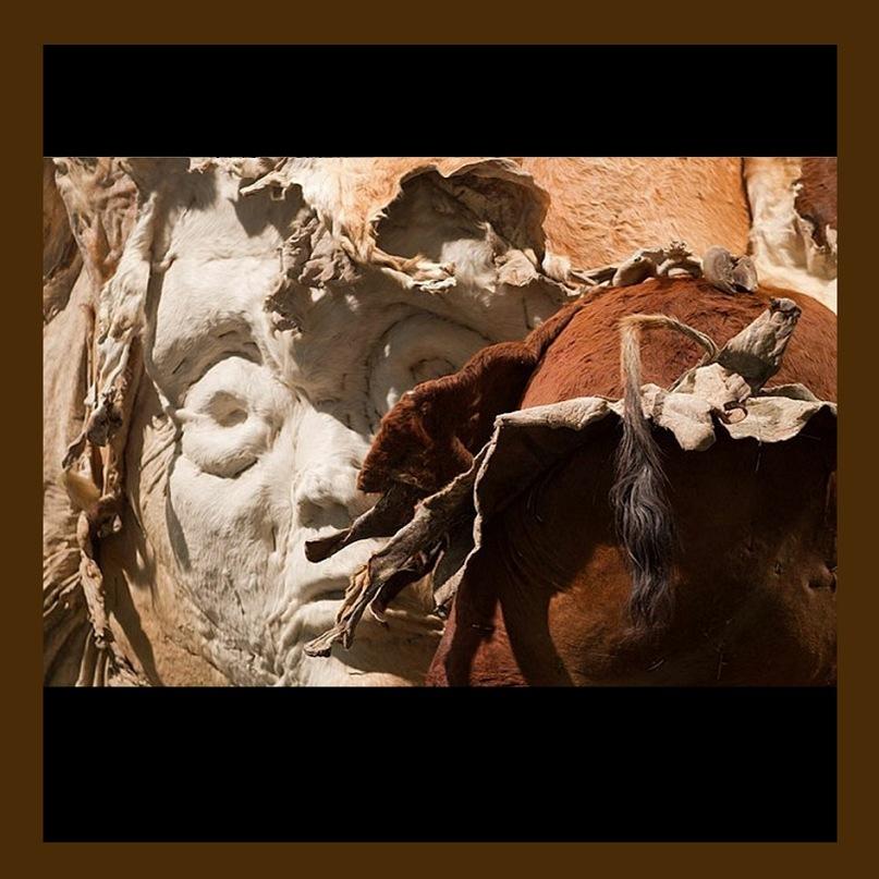 """Экспонаты выставки-ярмарки """"Арт-Базель - 2010"""". """"Сфинкс"""". Работа Чжана Хуана - китайского скульптора корейского происхождения"""