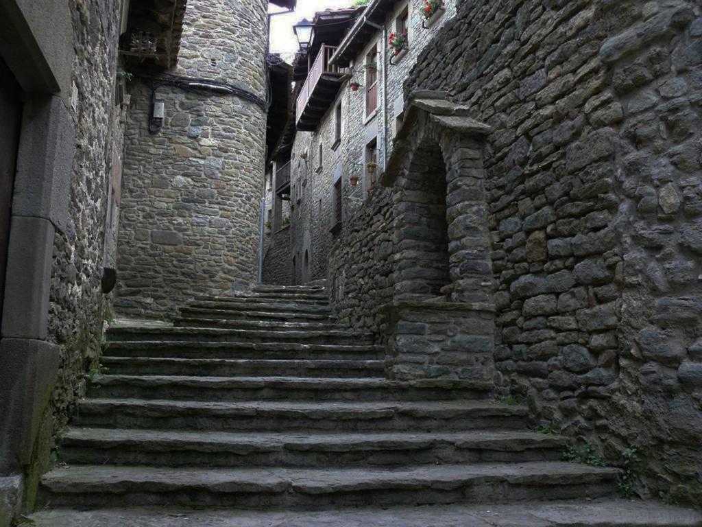 """Древние улочки неподвластного времени Рупита - сохраняющего себя как средневековый """"Город ведьм""""..."""