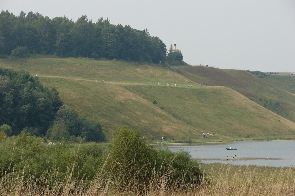 Изборск. Гора Жеравья над озером Городищенским