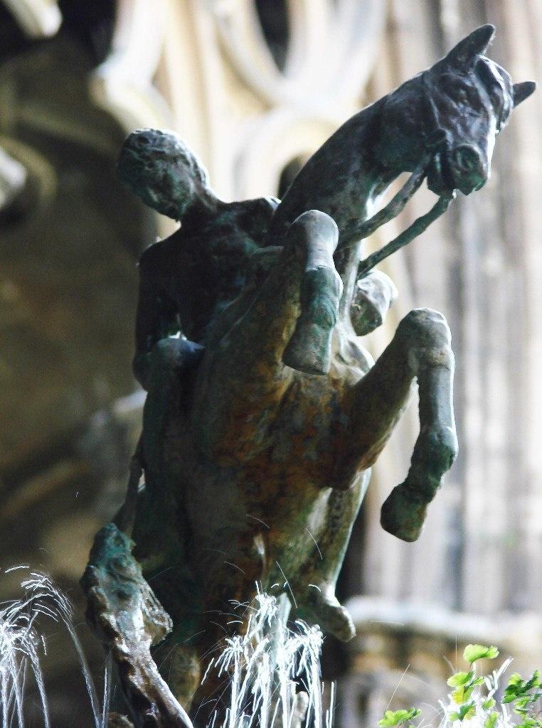Клуатр в Кафедральном соборе Барселоне. Статуя Георгия Победоносца.