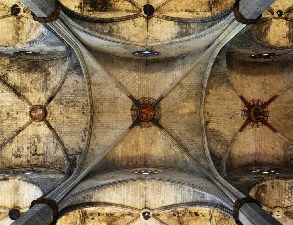 Интерьер собора Санта-Мария-дель-Мар. Покрытие трехнефной базиликальной системы, что держится на нервюрах, заполненных каменными сводами. . Фото из Интернета.