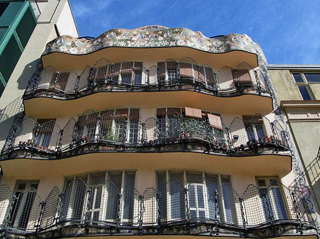Барселона. Каса Бальо. Антонио Гауди. 1906 год. Снято в марте месяце, еще холодном. Судя по цветочным горшкам, недолог час - и балконы увьет цветущая зелень.