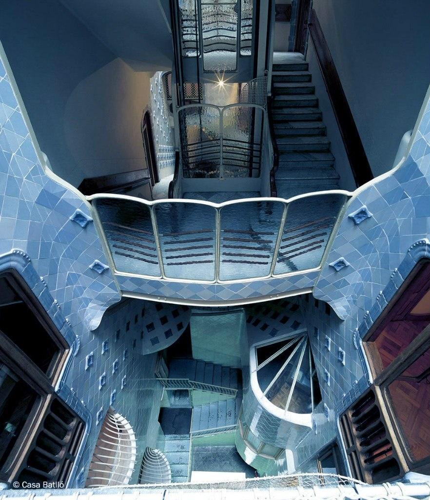 Барселона. Каса Бальо. Антонио Гауди. 1906. Изысканный вид лестницы и лифта на нижних этажах, облицованных плитками в светло-голубой тональности.