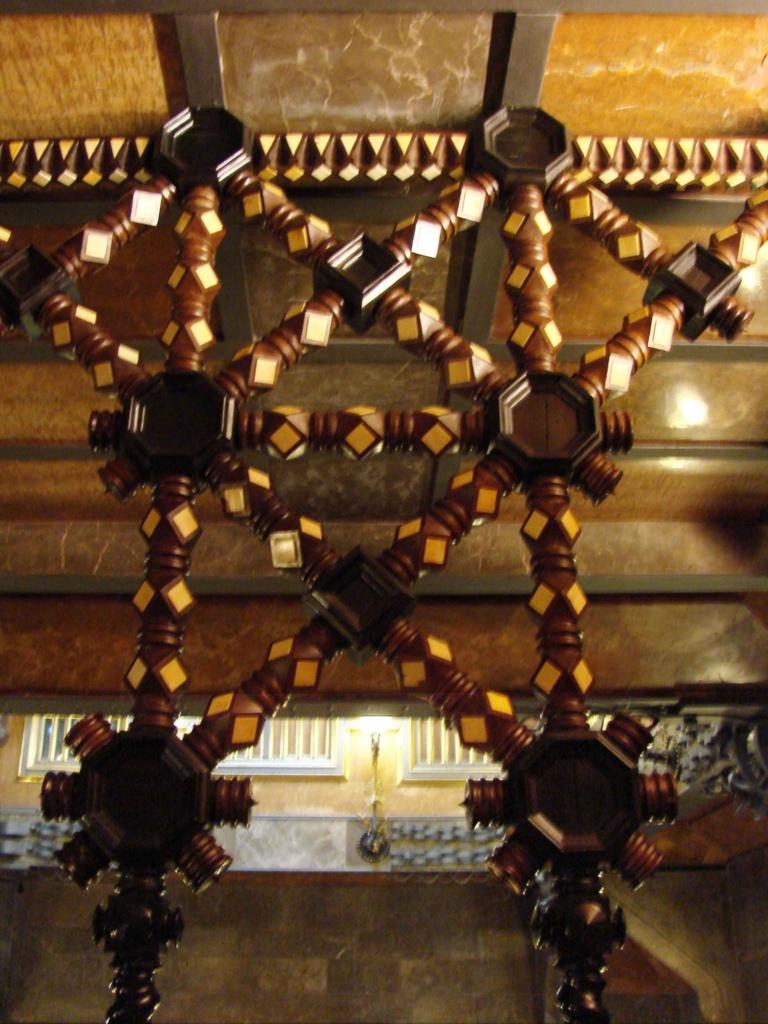 Дворец Гуэля. Антресоль. Завеса - шедевр столярного искусства с инкрустацией из слоновой кости по палисандровому дереву.