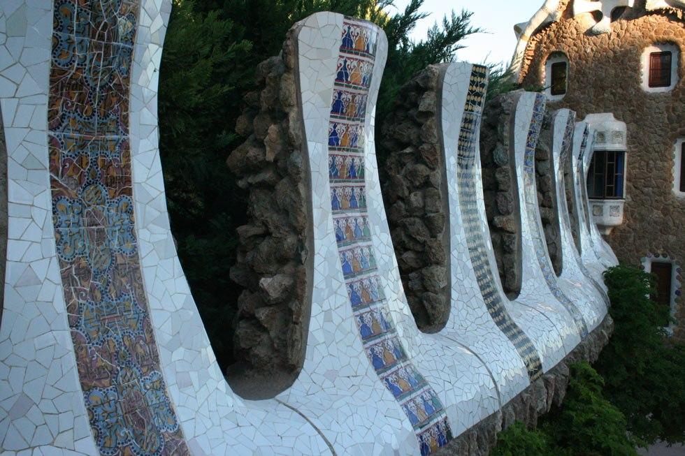Парк Гуэля. Парадная лестница. Карниз стены, выполненный в виде зубцов крепостного сооружения, как и в Павильонах при входе.