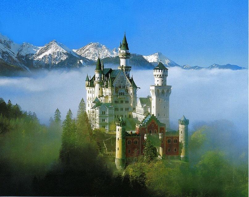 """Замок Нойшванштайн в Баварских Альпах - полное романтических изысков творение короля Баварии Людвига II. Здесь же выстроил жилье и герой новеллы """"Смерть в Венеции"""". Дом Ашенбаха """"незатейлив"""", но в Альпах!"""