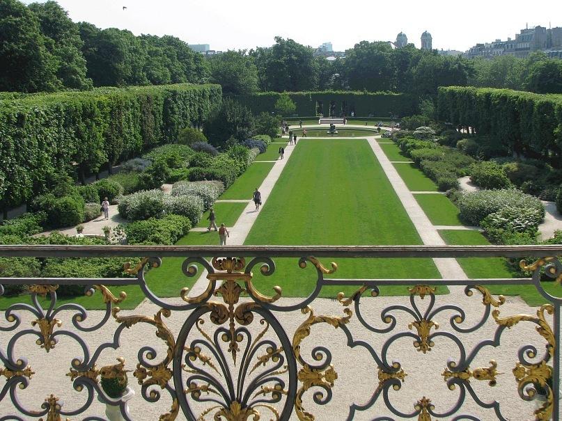 Музей Огюста Родена в старинном особняке. Партер перед особняком в чисто-французском стиле, своей гармонией всё умиротворяющем...
