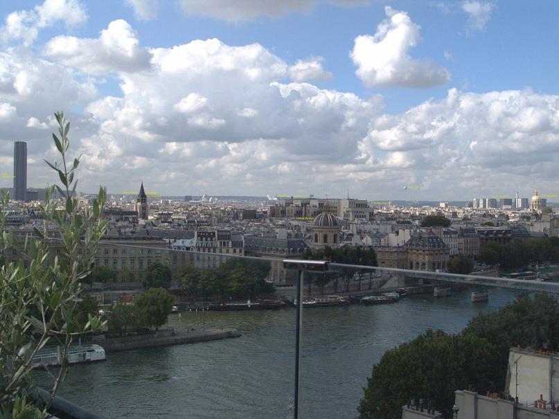 """Уникальная круговая панорама Парижа, полученная из 9 фрагментов.  Съемка осуществлялась с обзорной террасы универмага """"Самаритен"""" (Samaritaine). Фрагмент 5."""