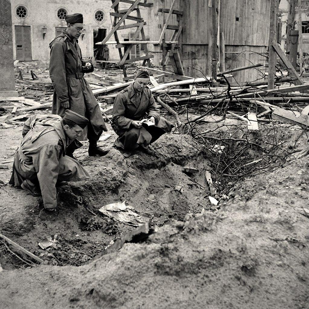 Сад Рейхсканцелярии, где, как считают, после самоубийства  были сожжены тела Гитлера и Евы Браун. Фотографии Уильяма Вандиверта. 1945. Апрель месяц.
