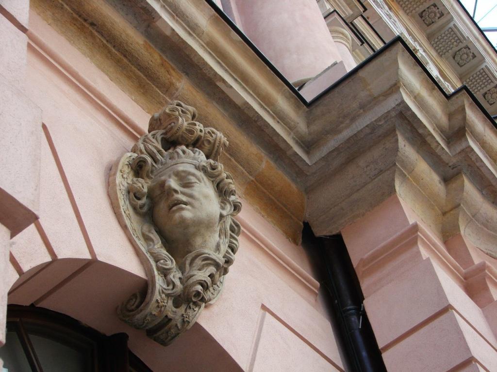 Андреас Шлютер. Двор в Берлинском арсенале. Маскароны на месте замковых камней над арочными окнами первого этажа.