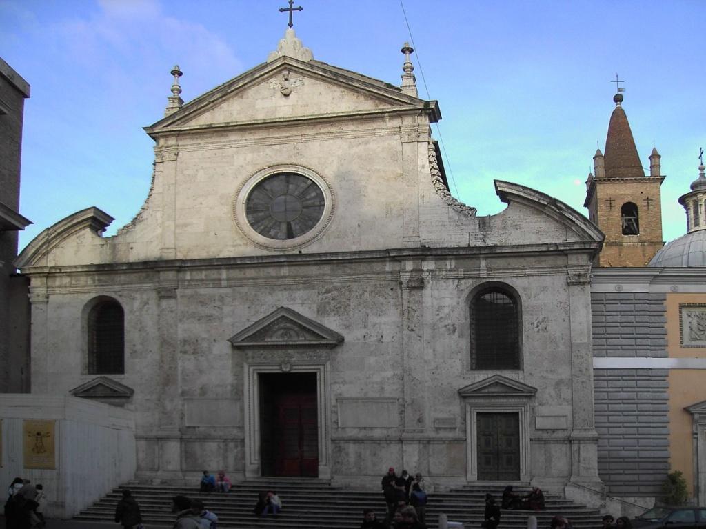 Пьяцца дель Пополо. Церковь Санта Мария дель Пополо, Рим. Является настоящей сокровищницей произведений искусств.  В ее интерьере находятся произведения таких мастеров как Рафаэль, Бернини, Браманте, а в капелле Черазе - Караваджо.