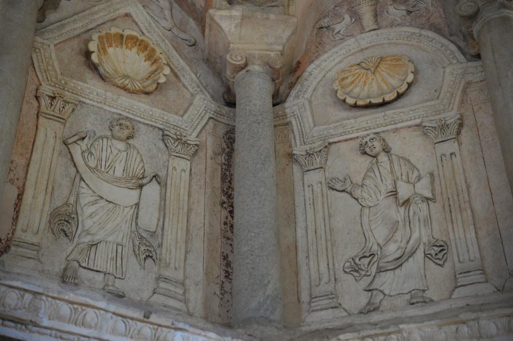 Базилика Сант Аполлинаре Нуово. Пророки. Обратите внимание на ионические колонны и раковины, свидетельствующие о связи с античным искусством.