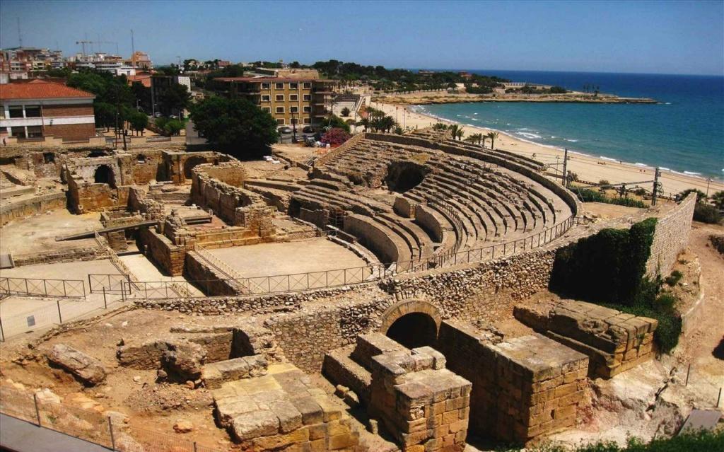 Римский амфитеатр в Таррагоне (в 100 км. от Барселоны). Основана во время Второй Пунической войны между Римом и Карфагеном как опорная база римлян. Впоследствии - столица Ближней Испании, включавшей в себя территорию современной Каталонии.