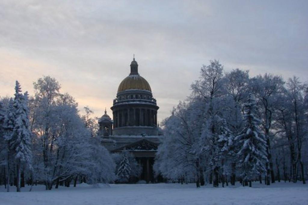 Вид на Исаакиевский собор со стороны Сенатской площади в зимний сумеречный вечер, что наступил пока мы вокруг Колосса бродили в поиске покоя, души умиротворения...