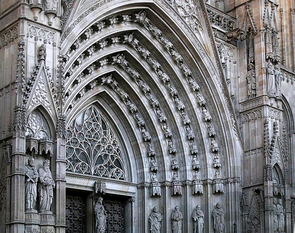 Главный портал Кафедрального собора в Барселоне (XIX - XX век) с разнообразными фигурами, что прячутся в каменном кружеве..