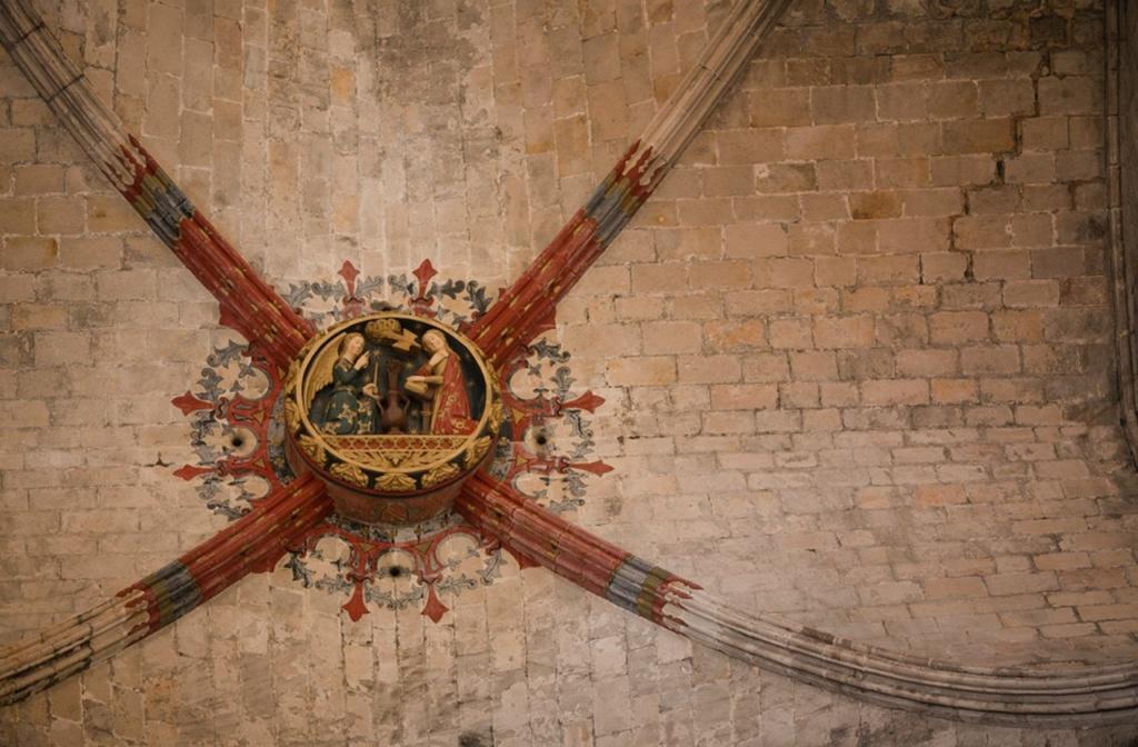 Интерьер собора Санта-Мария-дель-Мар. Нервюрное прокрытие храма. Замковый камень. Фото из Интернета.