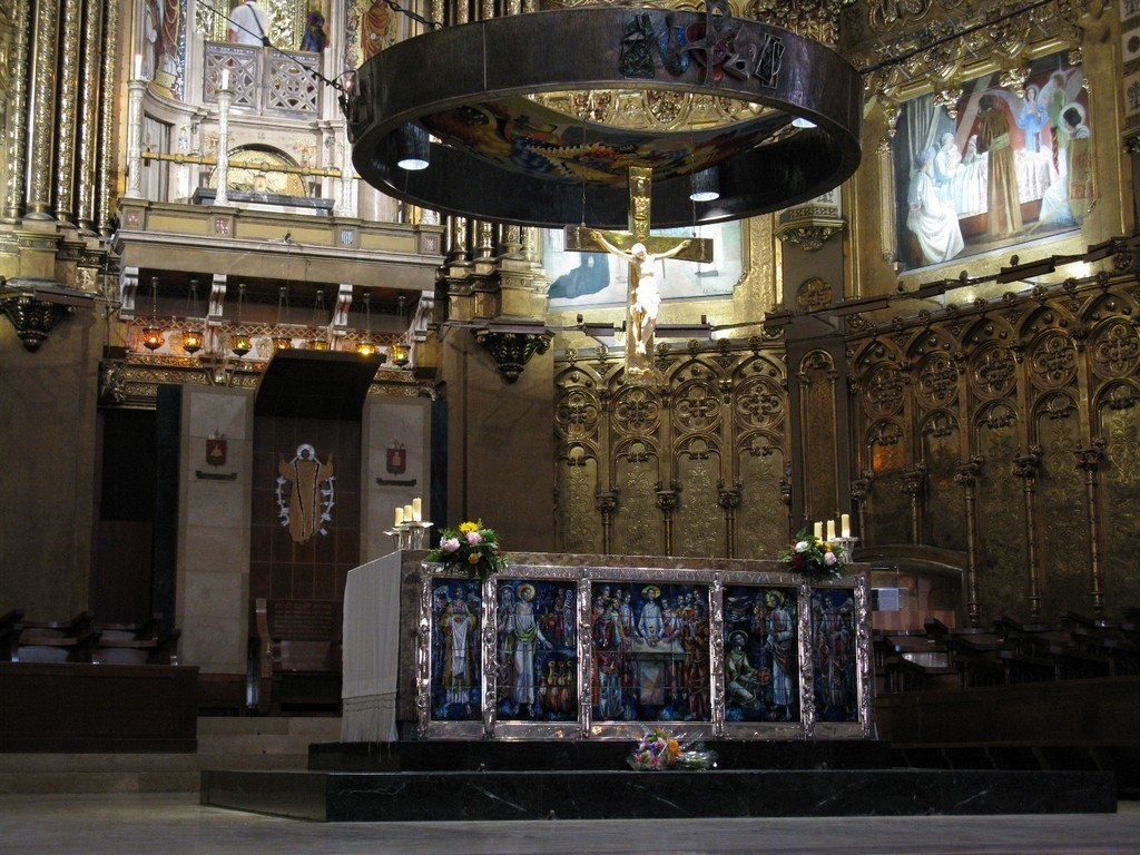 Пресвитерий и хор с сидениями для монахов были реконструированы в 1957–1958 гг. по проекту каталонского архитектора Франсеска Фольгера-и-Грасси, создавшего, как уже говорилось, и новый главный фасад базилики.