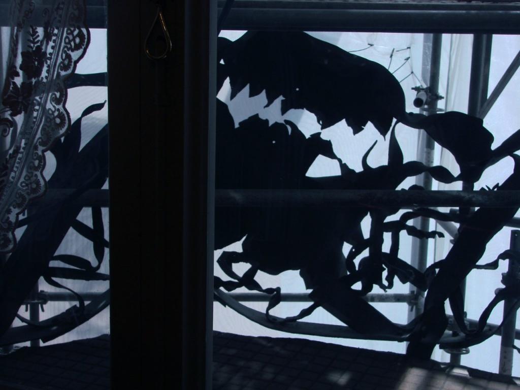 Каса Мила. Антонио Гауди. Вид на балконное ограждение из жилой комнаты...