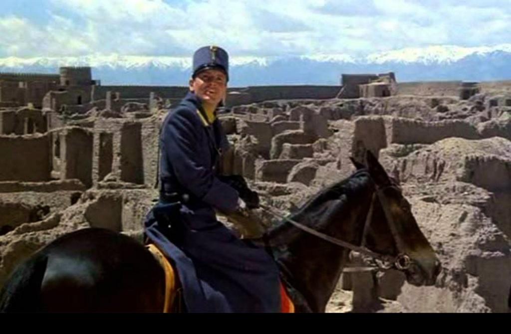 Предлагаю посмотреть на то, что стоит за спиной Джованни, а тем самым уточнить пространственно-временные координаты бытия крепости, зовущейся Бастиани, то-есть Крепостью.