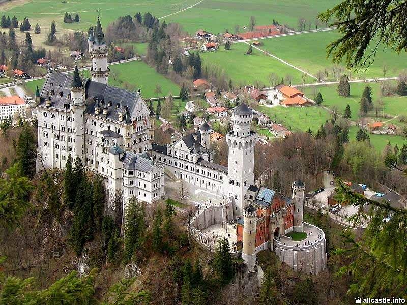Замок Нойшванштайн в Баварских Альпах - полное романтических изысков творение короля Баварии Людвига II.