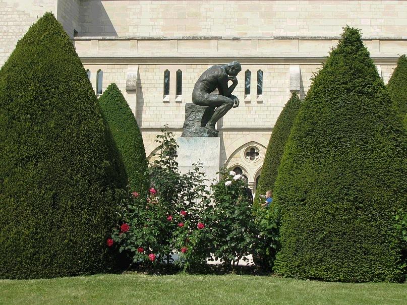"""Музей Огюста Родена в старинном особняк. На песчаных площадках в саду выставлены монументальные работы  Родена, в том числе знаменитая статуя """"Мыслитель"""""""