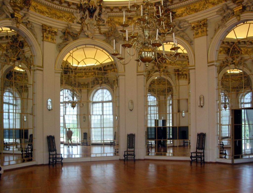 Дворец Шарлоттенбург, что со временем превратился в один  из лучших образцов архитектуры барокко - рококо в Германии.  В чем отличия? Интерьеры барокко открыты в парк с осями, интерьеры рококо заняты собой - собственными отражениями.