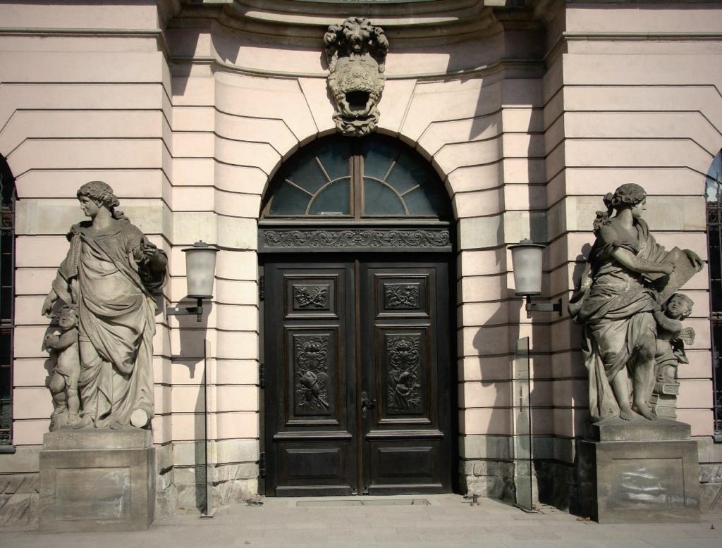 Арх. Андреас Шлютер. Здание Берлинского арсенала. Главный фасад, обильно декорированный - во славу Его... Четыре женские фигуры главного фасада в уровне первого этажа. символизируют пиротехнику, арифметику, геометрию и механику.