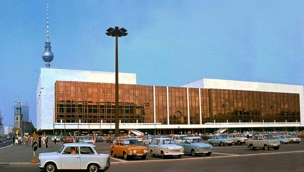 Дворец Республики — здание, находившееся на Дворцовой площади на месте снесённого в 1950 году Берлинского Городского Дворца. Торжественное открытие состоялось 23 апреля 1976 года. Строительство продолжалось 2 года 8 месяцев.