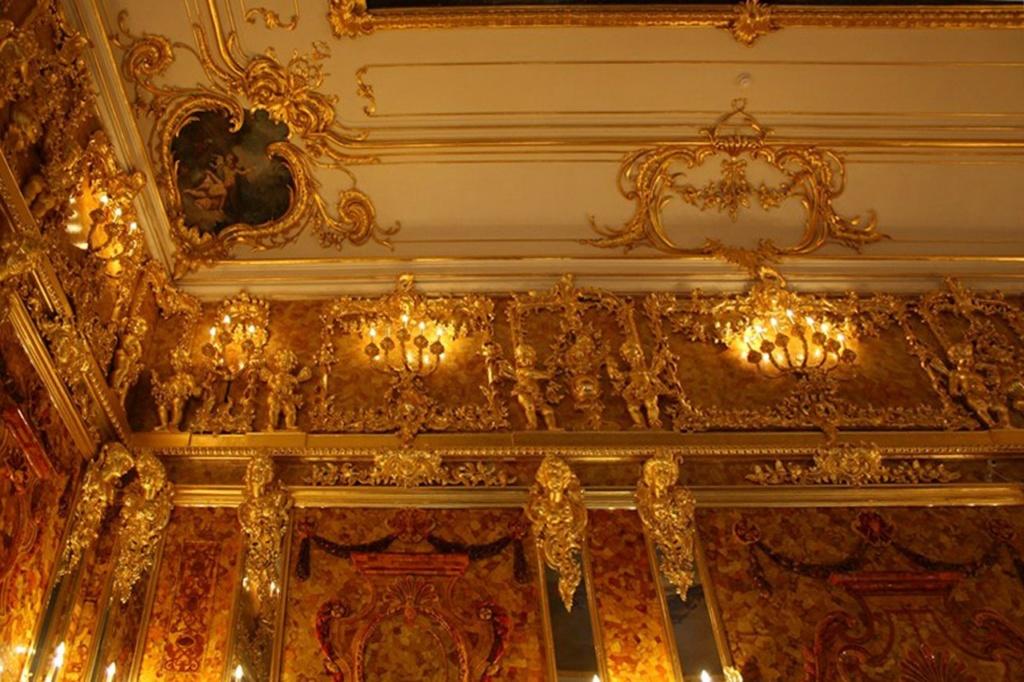 Янтарная комната. Верхний (третий) Растреллиев ярус. Средний (второй) янтарный ярус разбит стеклянными панелями, в которых все отражается, усиливая миражность чудо-комнаты.