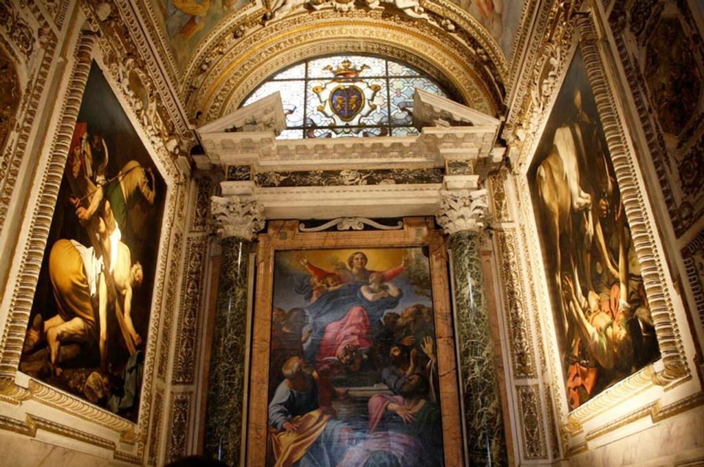 """Санта Мария дель Пополо, капелла Черази, Рим. Два полотна Караваджо: """"Распятие апостола Петра"""" (слева), """"Обращение Савла"""" (справа). Обе написаны в 1600 - 1601 годы."""