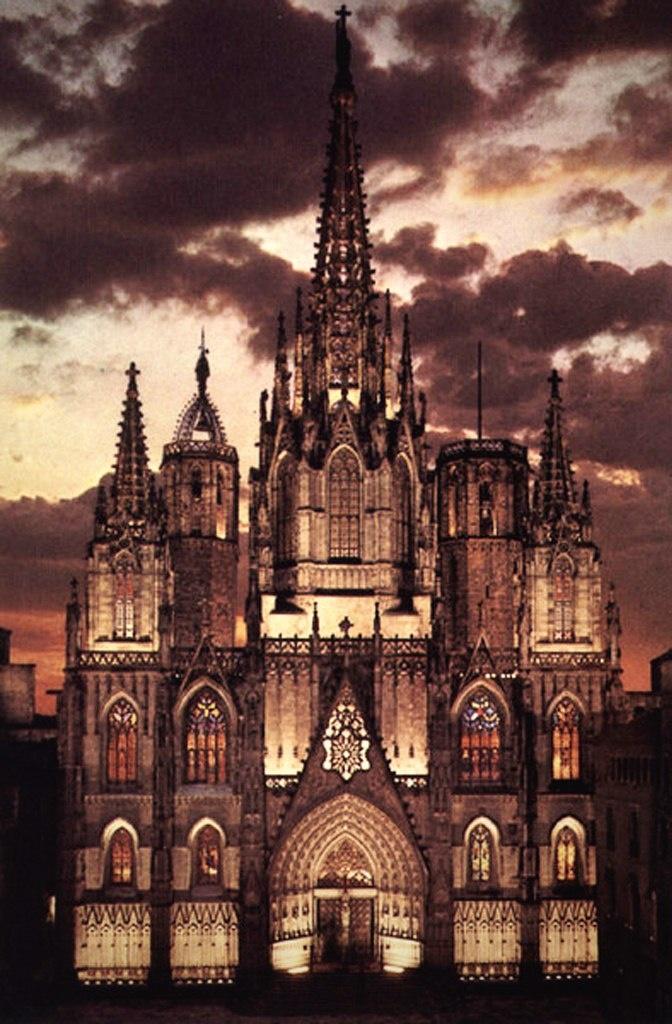 """Кафедральный собор в Барселоне. Главный фасад в ночи. Начинал рассказ суждение знатоков: """"Кафедральный собор - ПОКАЗНОЙ: изначально связанный с монархией, аристократией и высшим духовенством"""". По-моему, это суждение я подтвердила."""