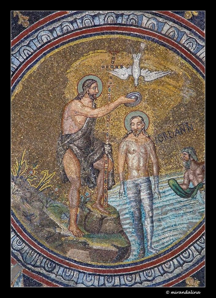 Подкупольная мозаика выполнена по сюжету крещения Иисуса Христа. В центре мозаики расположен медальон со сценой крещения. Кроме (изображённого нагим) Иисуса и Иоанна Крестителя в нём присутствует Иордан в образе мужчины, с полотенцем в руках.