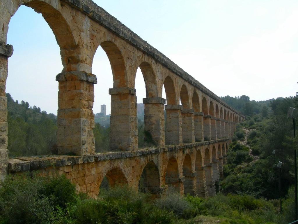 Римский акведук в Таррагоне (в 100 км. от Барселоны). Основана во время Второй Пунической войны между Римом и Карфагеном как опорная база римлян. Впоследствии - столица Ближней Испании, включавшей в себя территорию современной Каталонии.
