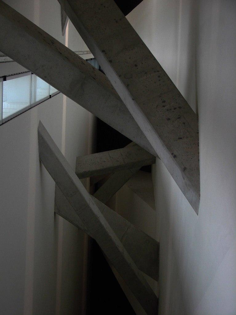 """Берлин. Еврейский музей. """"Область Пустоты"""" с лестницами и балками-деревьями"""