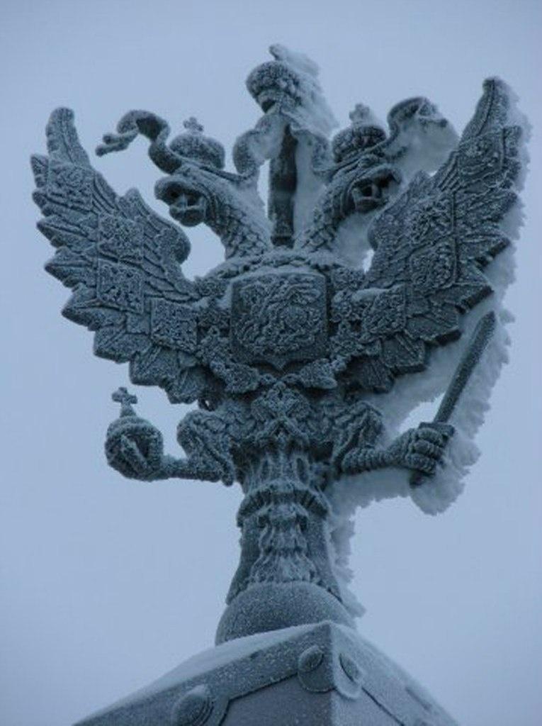 Обелиски на предмостной площади Троицкого моста (Суворовской), украшенные двуглавыми орлами в завершии... Россия под знаком стенающего орла идет на Голгофу.