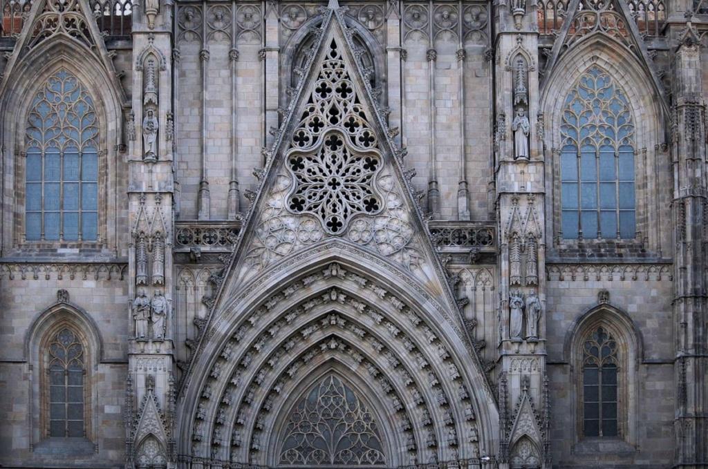 Главный фасад Кафедрального собора в Барселоне с разнообразными фигурами священных особ, что прячутся в каменном кружеве вместе со средневековыми горгульями...