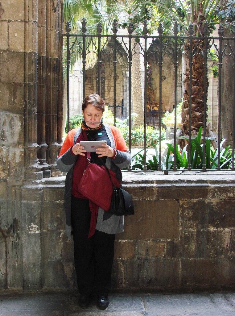 """Клуатр в Кафедральном соборе Барселоне. Алла Юрьевна Вьюгинова уговаривает свой планшет """"не глючить""""."""