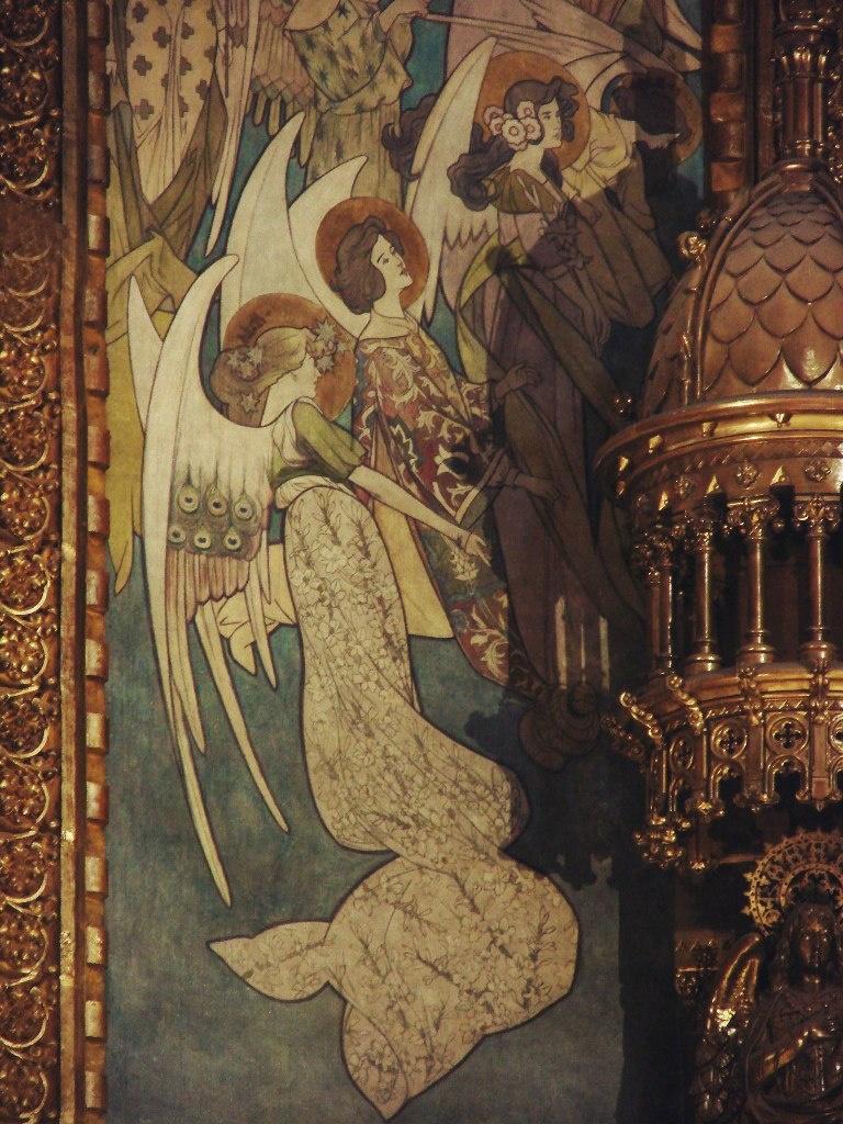 Фрагмент запрестольной композиции. Сень охвачена (с другой стороны тоже) сонмом парящих в небе ангелов. Фото М. Бреслав