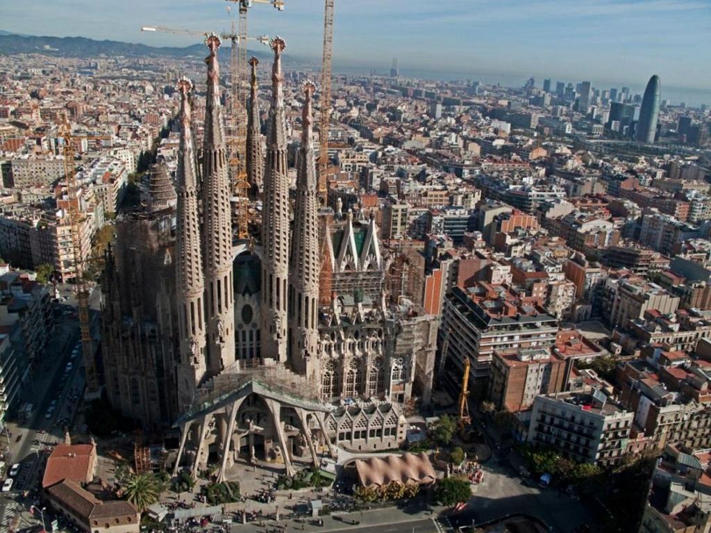Гауди – автор восемнадцати сооружений. Ни одного за пределами Испании. В родной Каталонии – четырнадцать, в любимой Барселоне – двенадцать. Его дома – ребусы, скрытый смысл которых разгадывать и невозможно, и опасно. А мы попробуем!