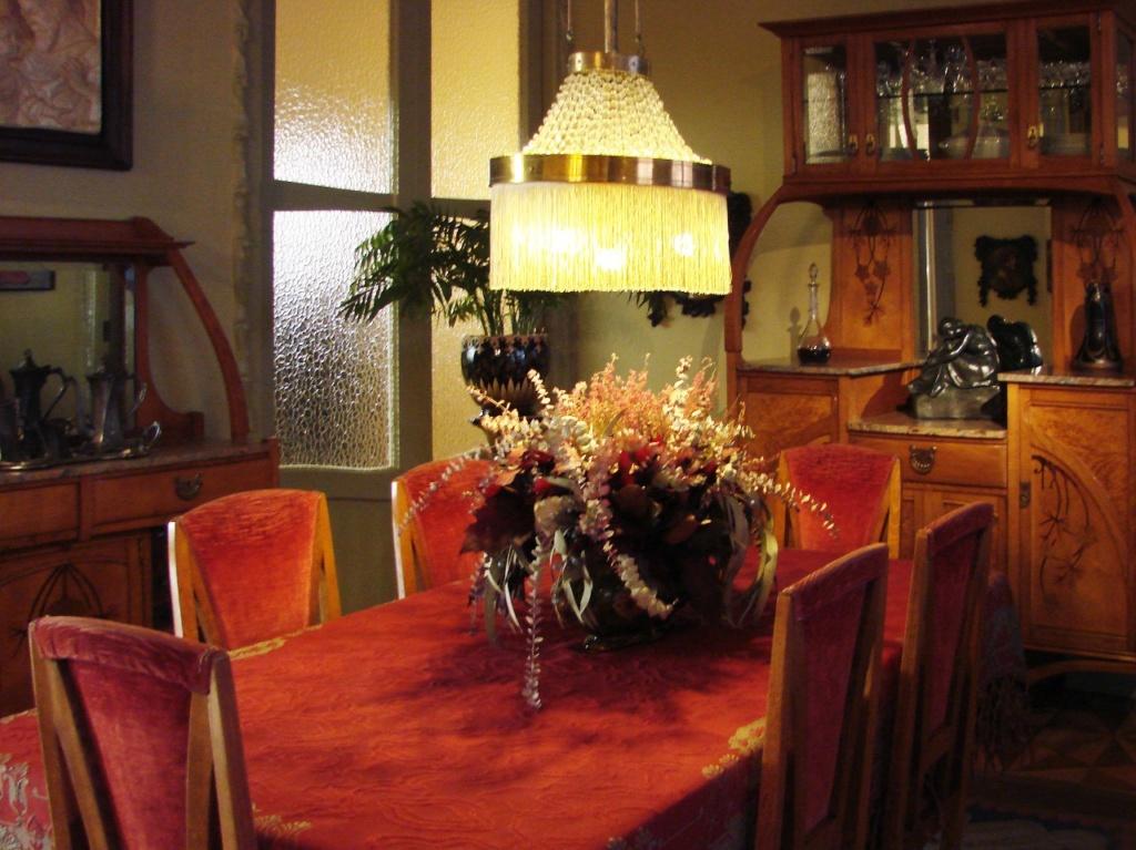 Каса Мила. Антонио Гауди. Жилые помещения Дома, представленные как образец быта начала XX века, в которых есть некоторое сходство с эстетикой Гаудианского дизайна...