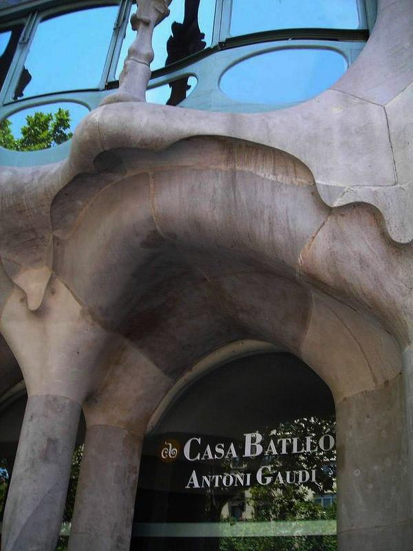 Каса Бальо. Антонио Гауди. 1904 - 1906 годы. Нельзя не видеть: Антонио Гауди превратил заказ на самый красивый Дом в АРХИТЕКТУРНУЮ БОРЬБУ ДОБРА СО ЗЛОМ или в поединок Святого Георгия (ДОБРА) с драконом (ЗЛОМ).