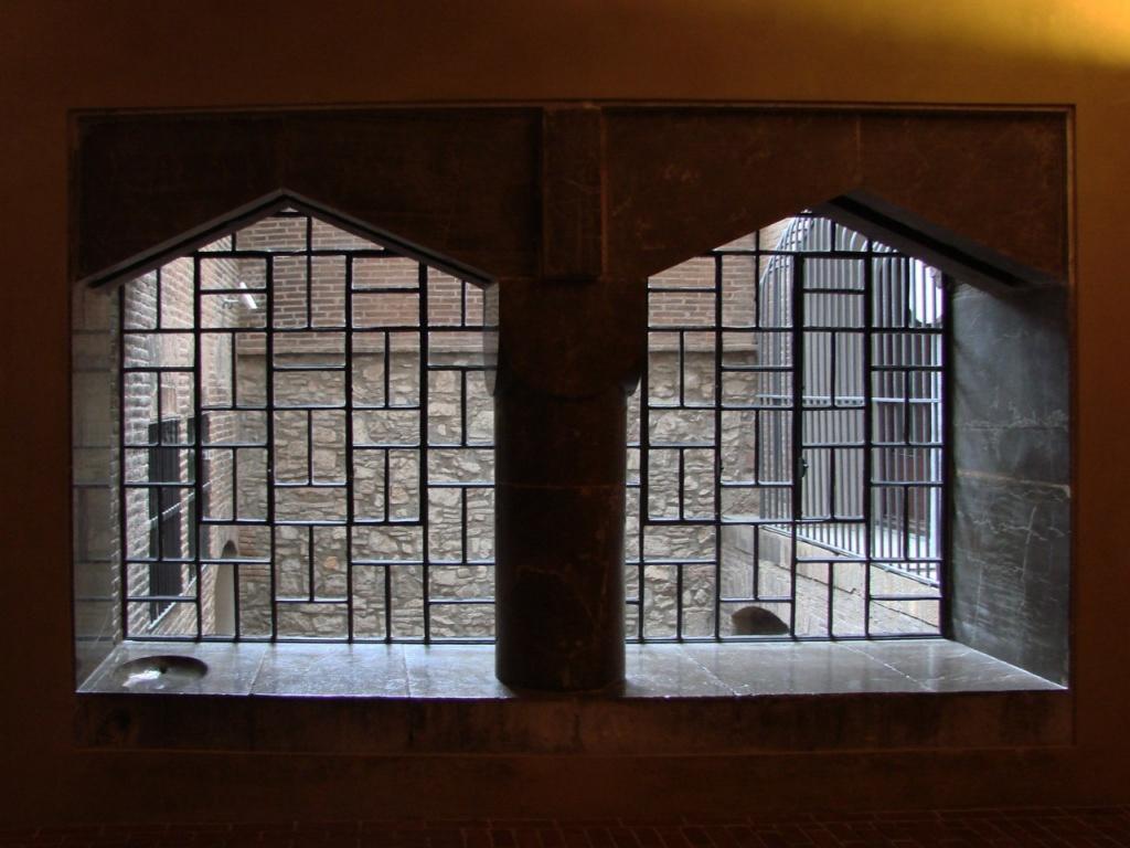 Дворец Гуэля. Вид со второго этажа здания на Дворцовые конюшни. Вид строг и выразителен и этим притягателен для взгляда. А потому, мы непременно посетим эту часть здания...