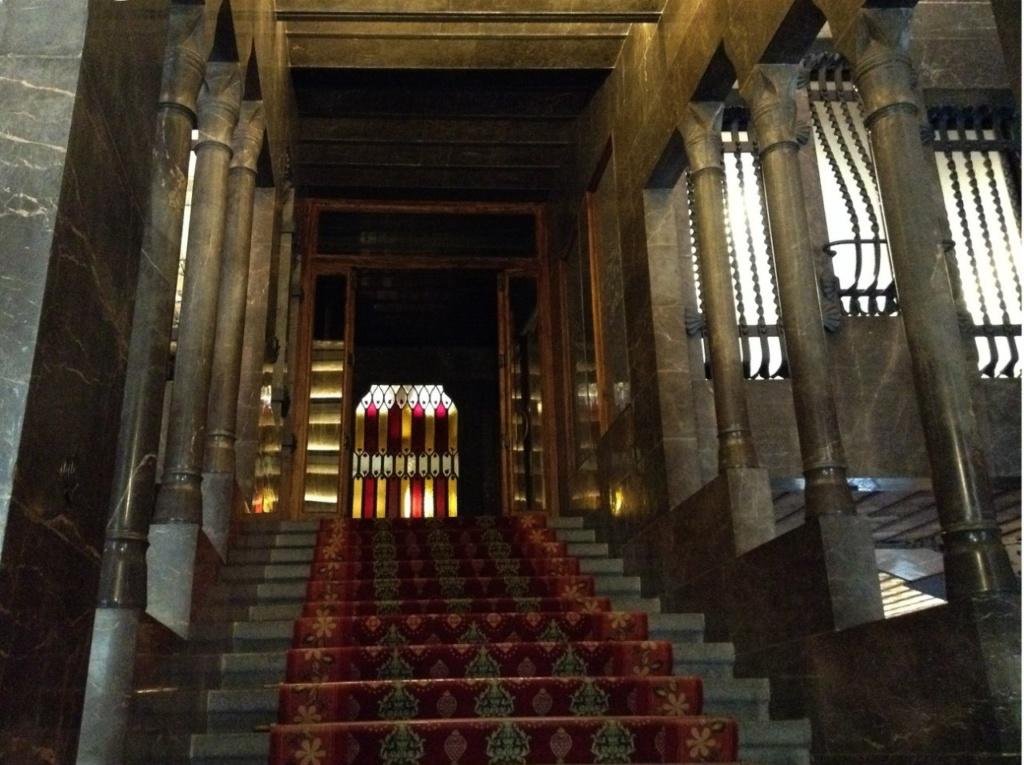 Дворец Гуэля. Парадная лестница, ведущая с уровня вестибюля на уровень Антресольного этажа, где начало берет Боковая Парадная лестница, потому что это необходимо для жизни Мироздания, коим является и Дом, и все, что есть живого в этом Мире.