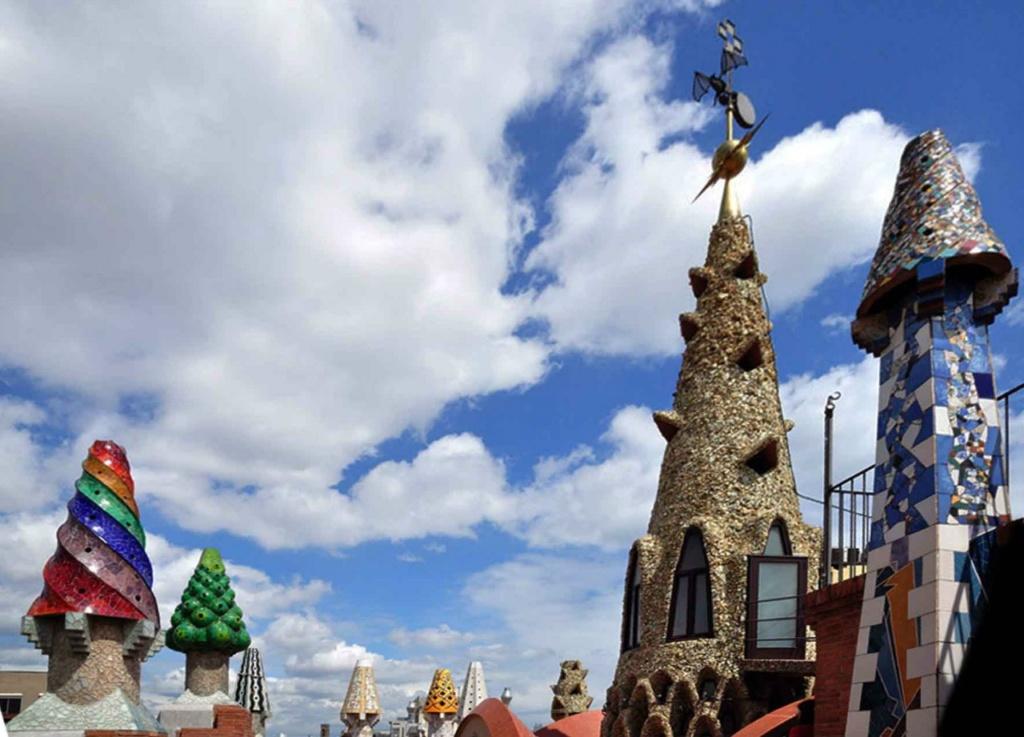 Пока мы разглядывали наряды чудо-башенок, бал продолжался. Я знаю, что за музыка звучала - та, что предвещала появление Парка Гуэля, а за ним - искупительного храма Саграда Фамилия...