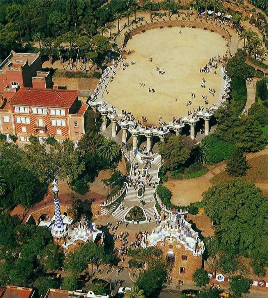 Вид сверху на входную зону Парка Гуэля (два Павильона), на Парадную зону (лестница, Дорический храм и терраса), на фрагмент зеленого сада с каменными галереями...