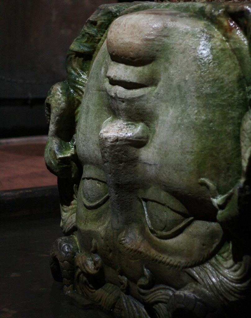 «Цистерна базилики» - «водохранилище храма Святой Софии». Строительство начато в правление императора Константина I (306—337 гг..), закончено в 532 году при императоре Юстиниане. Голова Медузы горгоны