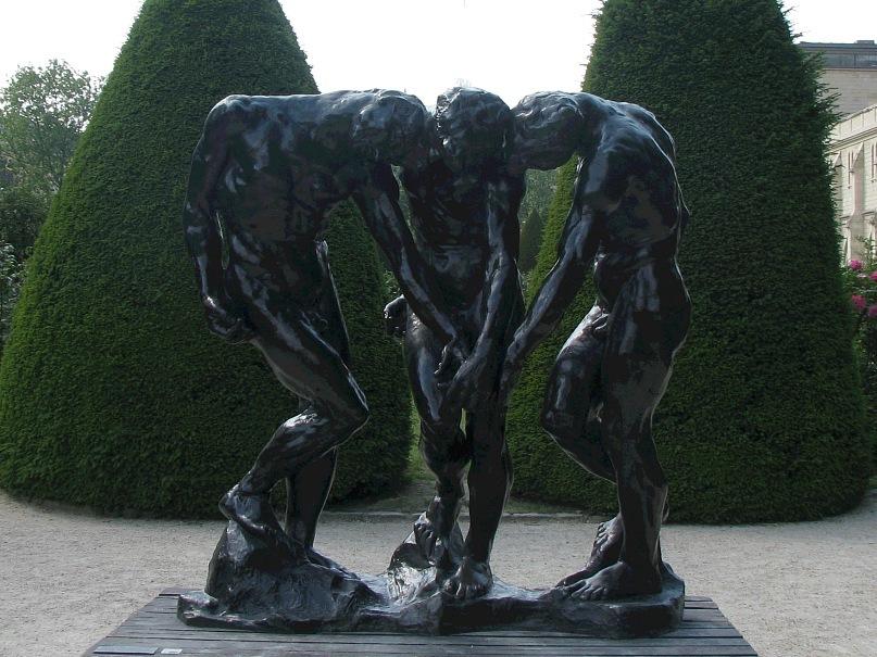 """Музей Огюста Родена в старинном особняке. Три фигуры из завершия """"Врат Ада"""" - """"Три тени"""", смирившиеся с тем, что Будущее предначертано свыше и сбывается неотвратимо... Башня по оси снимка стерта."""