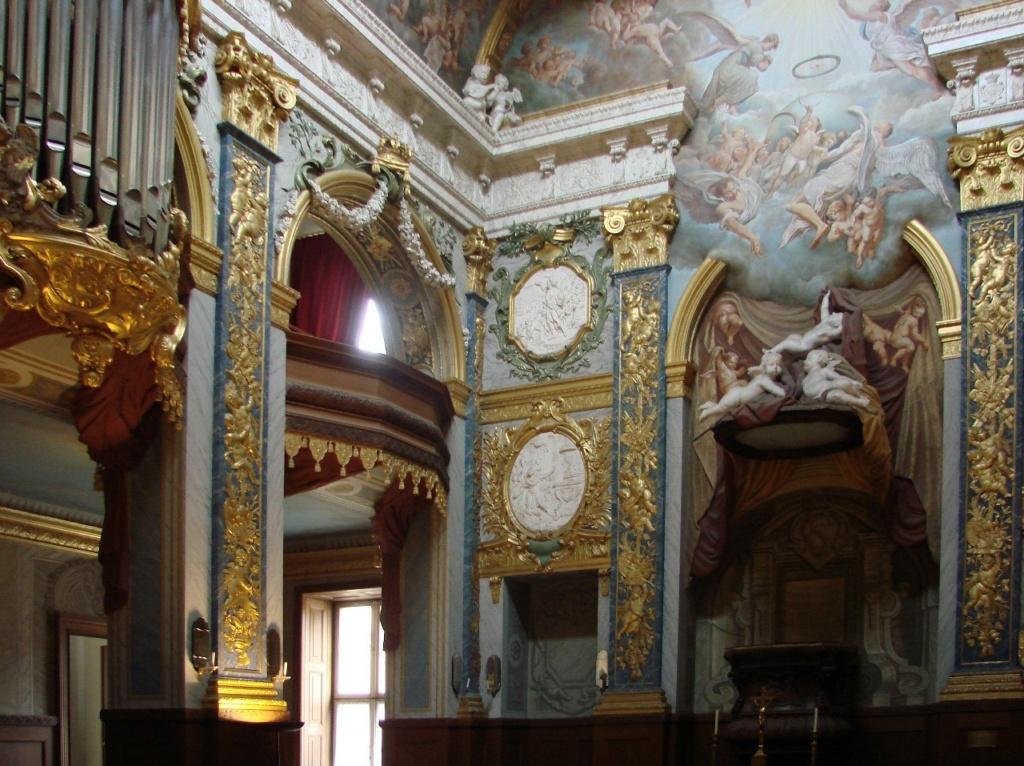 Со временем дворец Шарлоттенбург превратился в один из лучших образцов архитектуры барокко в Германии. Белая комната и Золотая галерея, залы с картинами эпохи рококо и французской живописью, богато украшенные жилые комнаты, оранжереи…